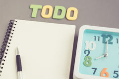 Quadratische Uhr um 8 Uhr mit todo Benennung und Notizbuch und Stift Lizenzfreie Stockbilder
