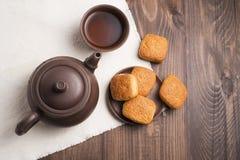 Quadratischer Becher Tee mit Kekskeksen Stockbild
