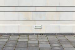 Quadratischer Boden mit moderner Steinwand Stockfoto