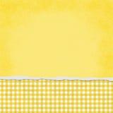 Quadratischer gelber und weißer Gingham heftiger Schmutz-strukturierter Hintergrund stock abbildung