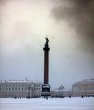 Quadratischer Knie-tiefer Schnee Dvortsovaya in einem Sturm Stockfotos