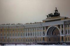 Quadratischer Knie-tiefer Schnee Dvortsovaya in einem Sturm Lizenzfreie Stockfotografie