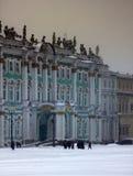Quadratischer Knie-tiefer Schnee Dvortsovaya in einem Sturm Lizenzfreies Stockfoto