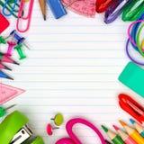 Quadratischer Rahmen des Schulbedarfs auf gezeichnetem Papierhintergrund stockbilder
