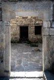 Quadratischer Steinbogen - Eingang zum Kloster Lizenzfreies Stockfoto