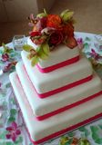 Quadratischer weißer Hochzeitskuchen Lizenzfreies Stockfoto