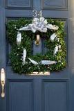 Quadratischer Weihnachtswreath auf Tür Stockfoto