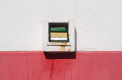Quadratisches Ablaufloch in der Wand Lizenzfreies Stockbild