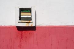 Quadratisches Ablaufloch in der Wand Lizenzfreies Stockfoto