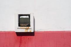 Quadratisches Ablaufloch in der Wand Lizenzfreie Stockfotos