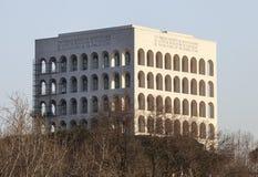 Quadratisches Colosseum Palast der italienischen Zivilisation Schöne alte Fenster in Rom (Italien) Lizenzfreie Stockfotos