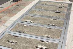 Quadratisches Einsteigeloch auf der Straße Stockbilder