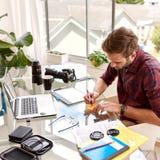 Quadratisches Erntebild eines beschäftigten Arbeitens des Unternehmers Stockfotos