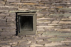 Quadratisches Fenster in der historischen Wand Lizenzfreies Stockbild