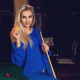 Quadratisches Foto der sexuellen jungen Blondine mit blauen Augen und Spielball Stockbild