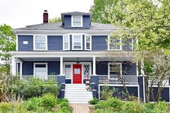 Quadratisches Haus des Amerikaner-vier mit Front Porch stockfotos