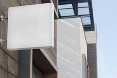 Quadratisches leeres Schild auf einem Gebäude mit moderner Architektur Stockbild