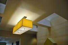 Quadratisches Licht in einem quadratischen Atrium lizenzfreie stockbilder