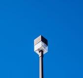 Quadratisches Licht im Freien auf Beitrag auf blauem Himmel Lizenzfreies Stockbild