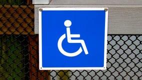 Quadratisches Metallschild des Handikaps, blau und weiß befestigte einen Metallzaun stockfoto