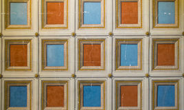 Quadratisches Orange und Blau gemalt auf der Decke Stockbilder