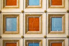 Quadratisches Orange und Blau gemalt auf der Decke Lizenzfreie Stockfotos