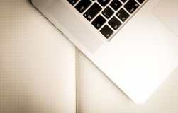 Quadratisches Papier und Laptop Stockfotos