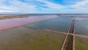 Quadratisches Pool für Verdampfung des Salzes und des Teichs mit rosa Wasser stockbild