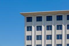 Quadratisches Steingebäude unter klarem blauem Himmel Lizenzfreie Stockbilder