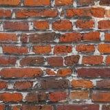 Quadratisches Teil der alten Wandmaurerarbeit des roten Backsteins Stockfoto