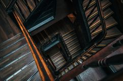 Quadratisches Treppenhaus in einem Altbau Stockbilder