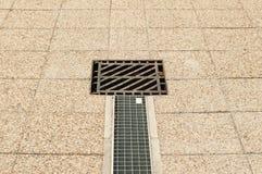 Quadratisches Wasserabtropfgestell oder -kanalisation draußen im Park Stockfoto
