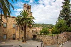 Quadrato alla parte posteriore del municipio in Suvereto, Toscana, Italia fotografie stock