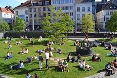 Quadrato ammucchiato intorno alla fontana delle gioventù di inginocchiamento Fotografia Stock Libera da Diritti