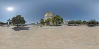 Quadrato bianco della torre di 360 VR con la gente che si rilassa sotto gli alberi thessaloniki immagine stock