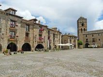 Quadrato centrale e chiesa medievale di Ainsa Huesca fotografie stock libere da diritti