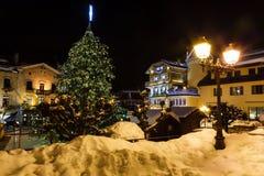 Quadrato centrale illuminato di Megeve sulla notte di Natale Fotografie Stock Libere da Diritti