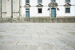 Quadrato davanti alla cattedrale di Oporto immagini stock
