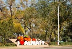 Quadrato davanti alla stazione ferroviaria di Almaty fotografie stock libere da diritti