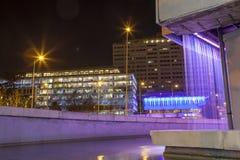 Quadrato dei due punti dalla fontana del centro di arte di Fernan Gomez alla notte Fotografia Stock