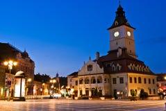 Quadrato del Consiglio di Brasov a penombra fotografia stock libera da diritti