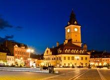 Quadrato del Consiglio di Brasov a penombra immagini stock