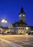 Quadrato del Consiglio di Brasov, vista di notte in Romania fotografia stock