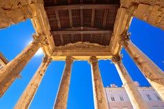 Quadrato del forum in tempio romano storico di Pola della vista delle colonne di Augusto fotografia stock