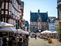 Quadrato del mercato con municipio storico nella città dell'università di Marburgo, Germania Immagine Stock