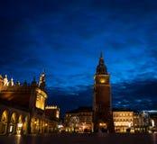 Quadrato del mercato di Cracovia alla notte fotografia stock libera da diritti