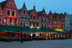 Quadrato del mercato di notte a Bruges Fotografia Stock