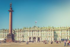 Quadrato del palazzo con il Museo dell'Ermitage dello stato ed il palazzo di inverno dentro Immagine Stock Libera da Diritti