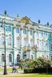 Quadrato del palazzo con il Museo dell'Ermitage dello stato ed il palazzo di inverno dentro Immagini Stock