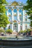 Quadrato del palazzo con il Museo dell'Ermitage dello stato ed il palazzo di inverno dentro Fotografia Stock Libera da Diritti
